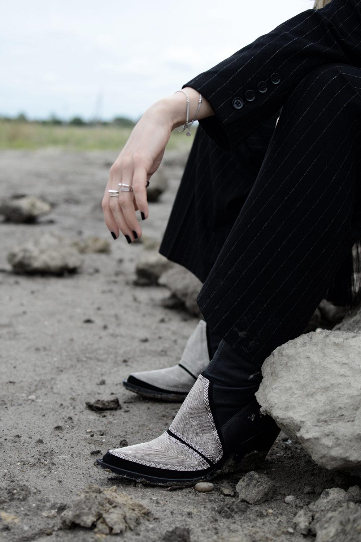 H&M STUDIO Herbst Winter Kollektion 2016 highlight silber schwarze cowboy boots nadelstreifenanzug