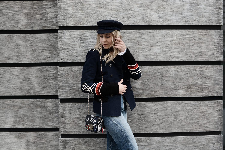 military chic vom runway zu streetstyle uniform marine levis furla netzstrumpfhose