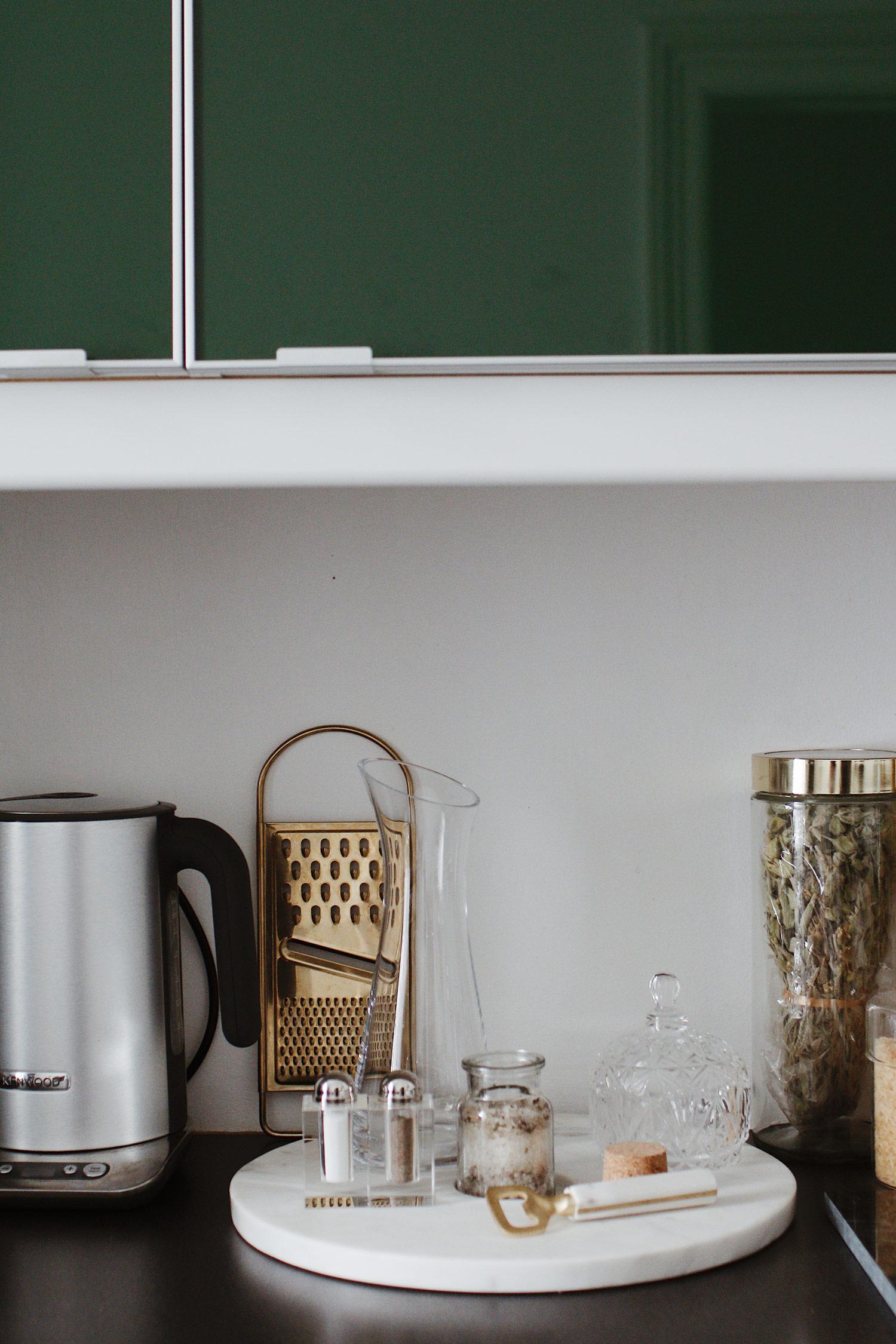green kitchen - www.lesfactoryfemmes.com